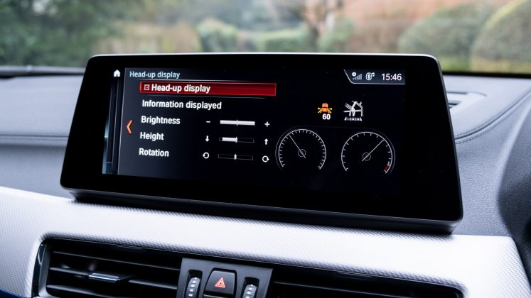 BMW X2 xDrive25e infotainment