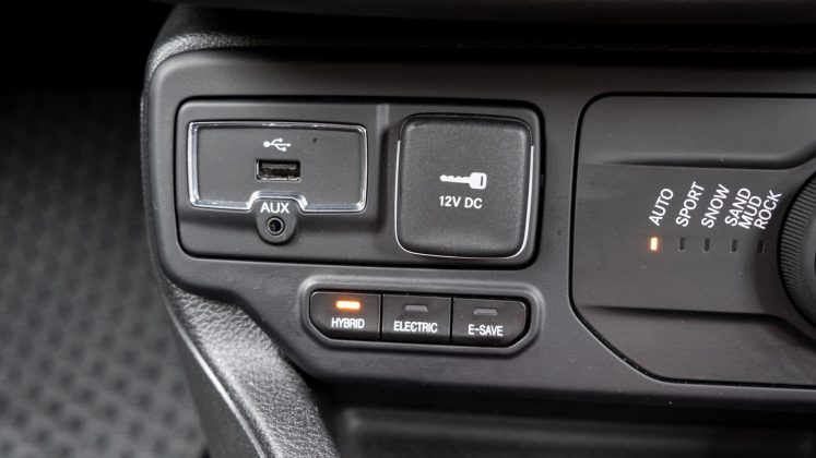 Jeep Renegade 4xe front USB