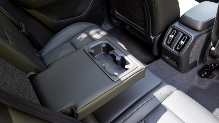 Volvo XC40 Recharge Twin rear armrest
